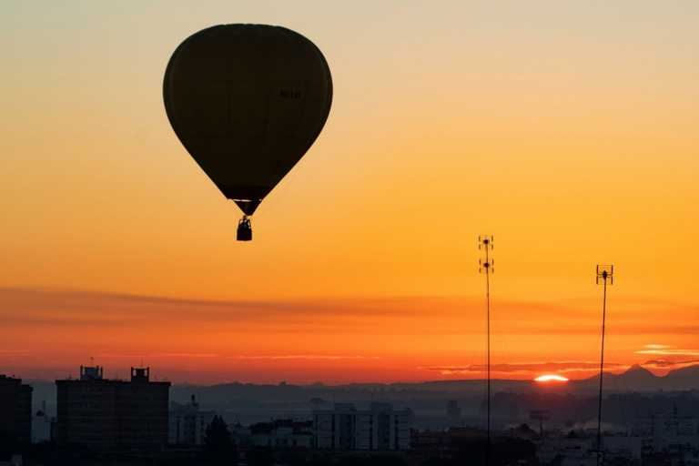 Σημεία των καιρών – Γάμος εποχής κορονοϊού σε αερόστατο