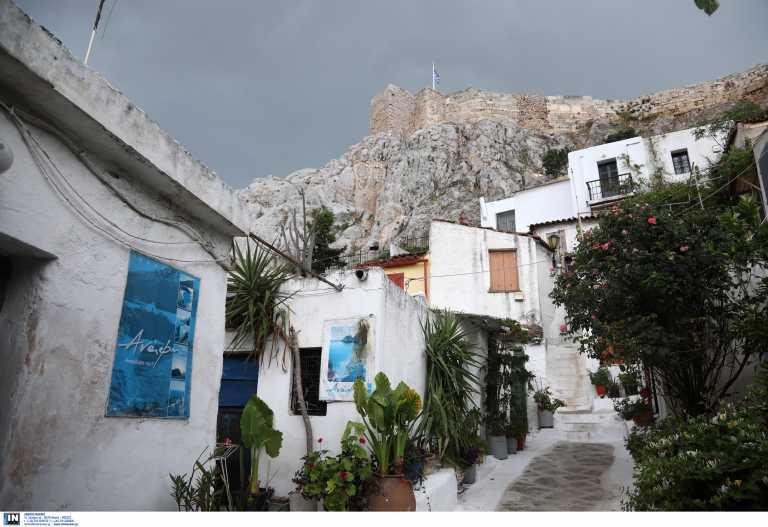 Το νησί κάτω από την Ακρόπολη που μπορείς να επισκεφθείς όλες τις εποχές
