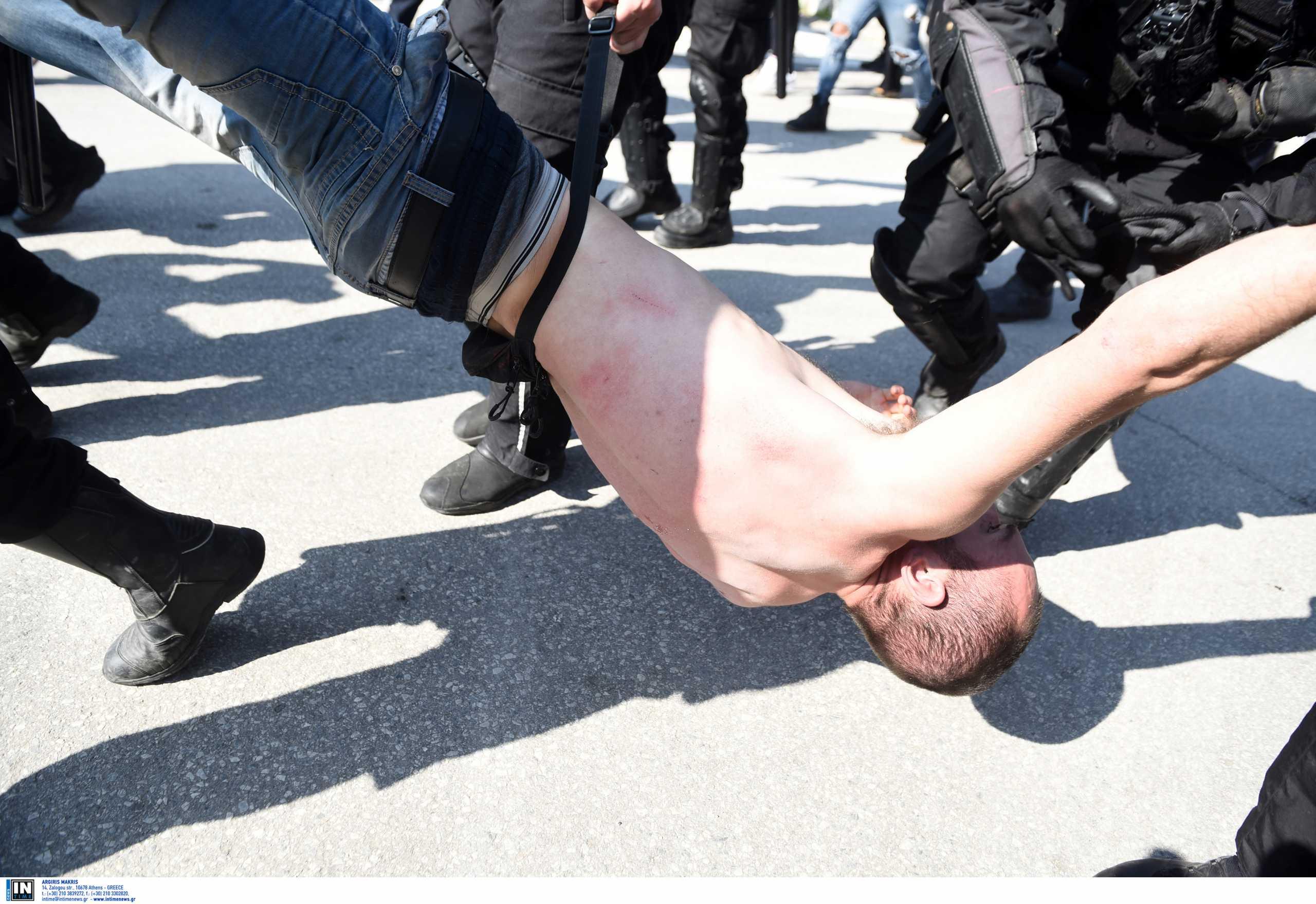 Απίστευτες εικόνες έξω από το ΑΠΘ: Έσερναν ημίγυμνο διαδηλωτή στο δρόμο (video, pics)