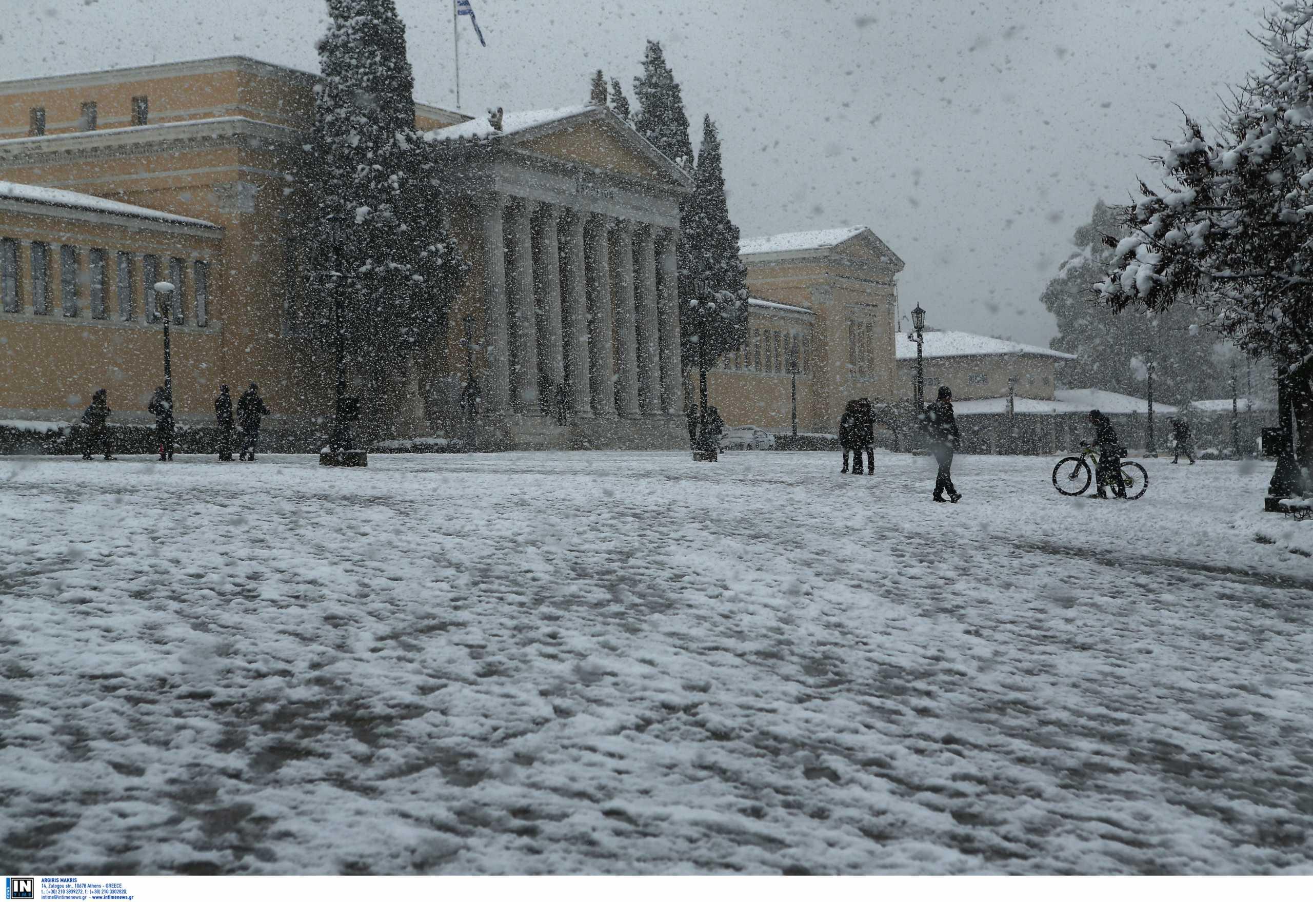 Καιρός – Αθήνα: Το κατάλευκο τοπίο από τη χιονισμένη πρωτεύουσα μαγεύει τους ξένους πρέσβεις
