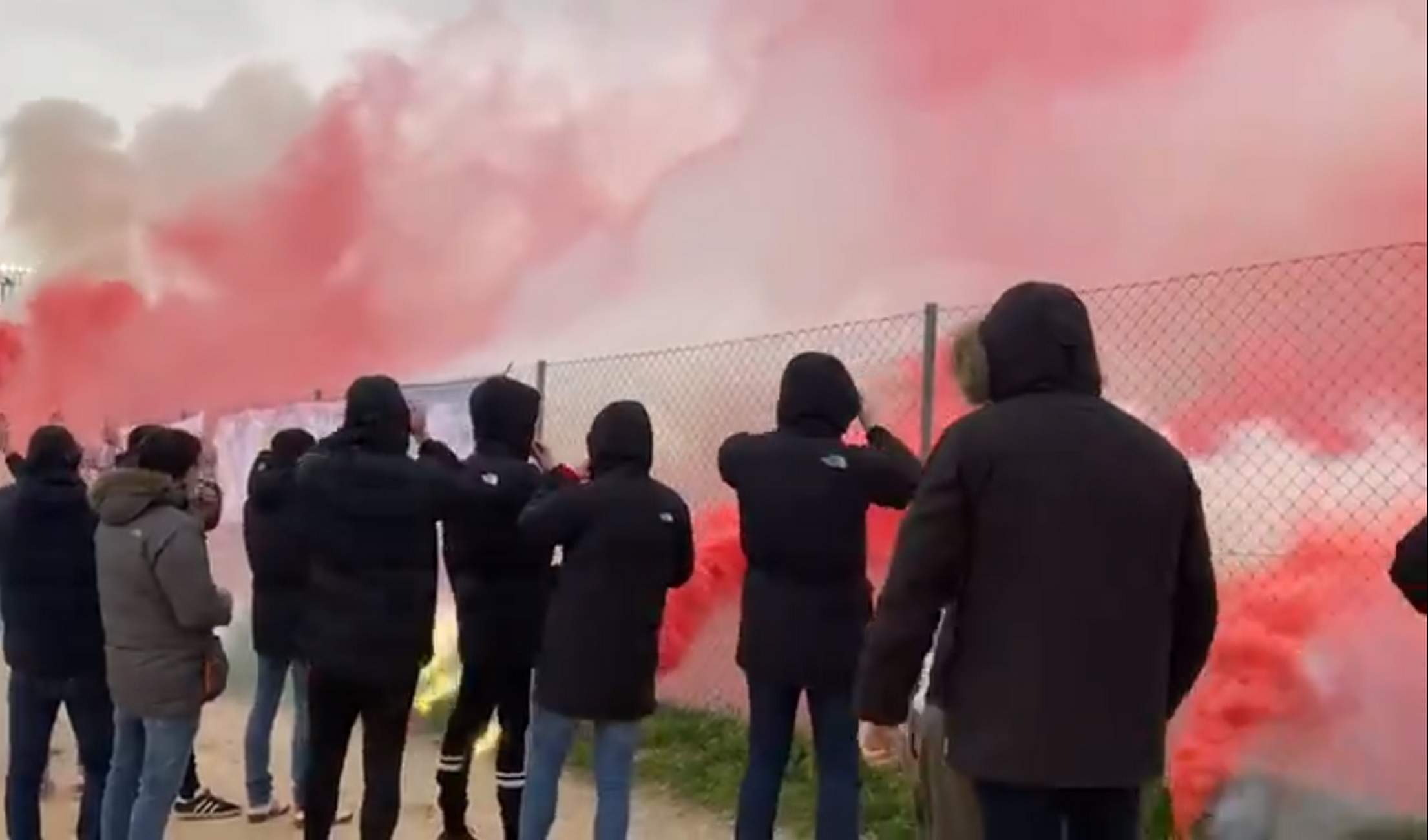 Οπαδοί της Ατλέτικο με καπνογόνα στην προπόνηση παρά την ήττα (video)