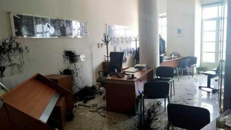 Λευτέρης Αυγενάκης: «Γυαλιά-καρφιά» το γραφείο του – Η αντίδραση του υφυπουργού Αθλητισμού στα social media (pics)