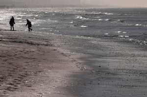 Αδιανόητο: Πήγε με τη γυναίκα του βόλτα στην παραλία και προσπάθησε να τη θάψει ζωντανή (pic)