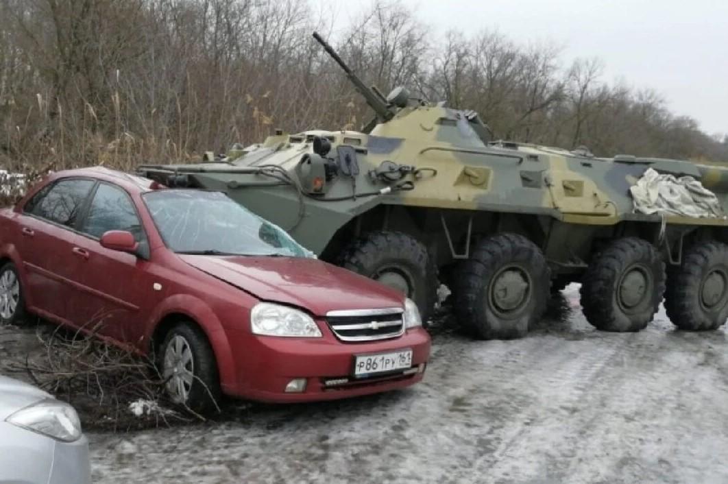 """Απίστευτο ατύχημα στη Ρωσία: Τεθωρακισμένο στρατιωτικό όχημα """"εμβόλισε"""" Ι.Χ  [pic]"""