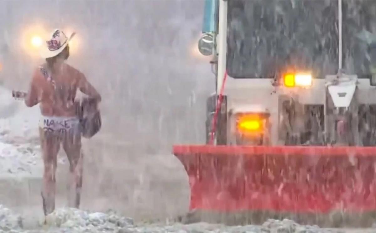 Βίντεο: Σφοδρή χιονόπτωση «σαρώνει» τις ΗΠΑ και ένας γυμνός καουμπόι τραγουδάει στην Times Square