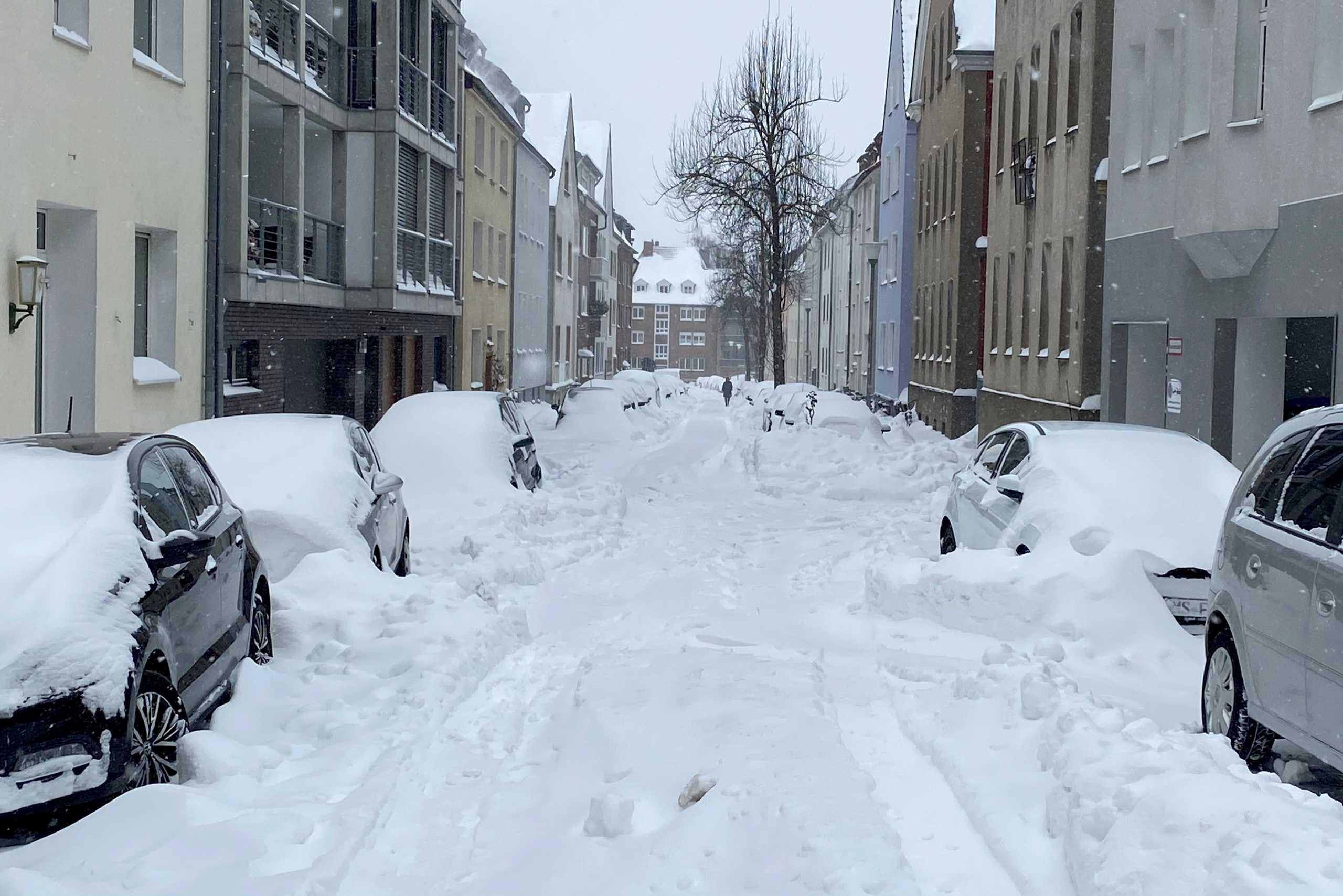 Σαρώνει την Ευρώπη η χιονοθύελλα Ντάρσι – Προβλήματα σε Γερμανία και Ολλανδία (pics, video)