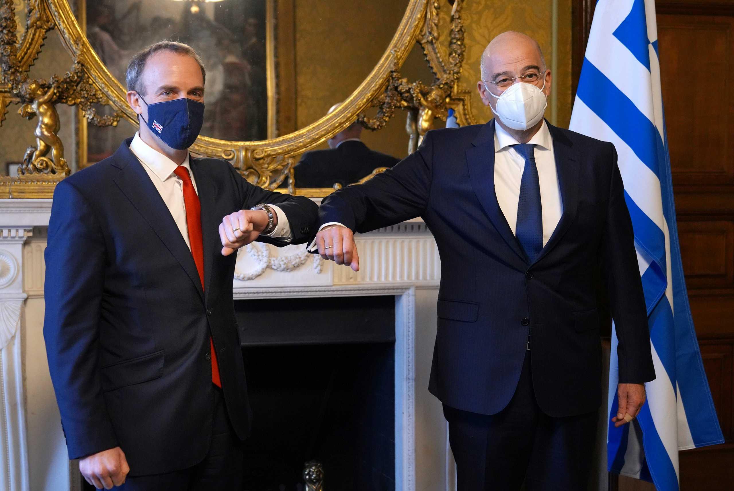 Βρετανία: Στήριξη των ελληνικών θέσεων για το Κυπριακό – Έθεσε το ζήτημα των Μαρμάρων του Παρθενώνα ο Δένδιας