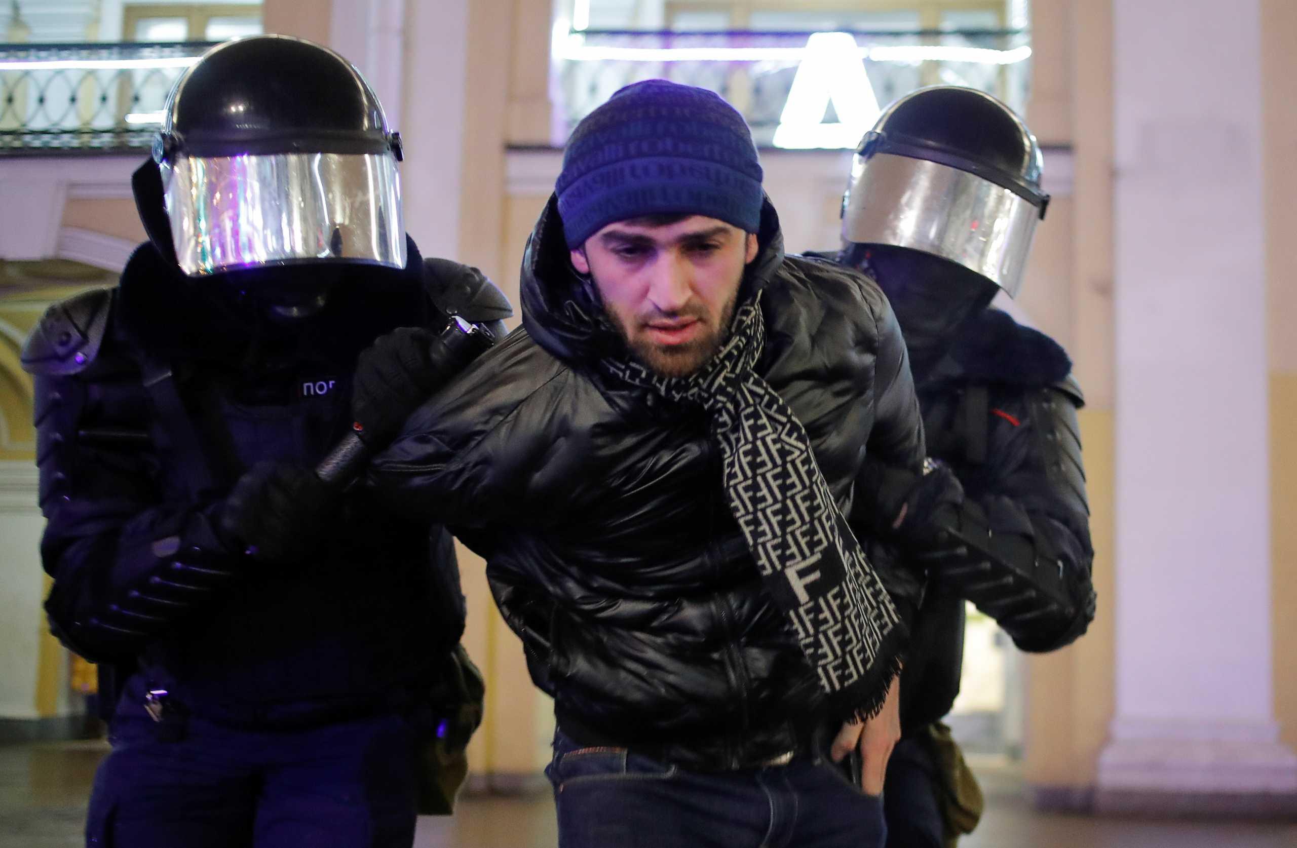 Το Κρεμλίνο δικαιολογεί την χρήση βίας στις διαδηλώσεις υπέρ του Ναβάλνι – Πάνω από 1.400 συλλήψεις