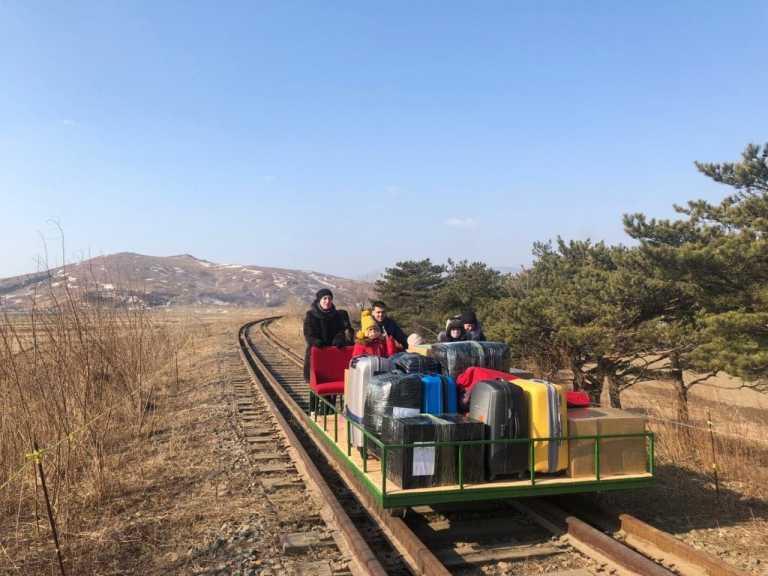 Απίστευτες εικόνες: Ρώσοι διπλωμάτες εγκατέλειψαν τη Βόρεια Κορέα σπρώχνοντας ένα… βαγονέτο (pics, vid)