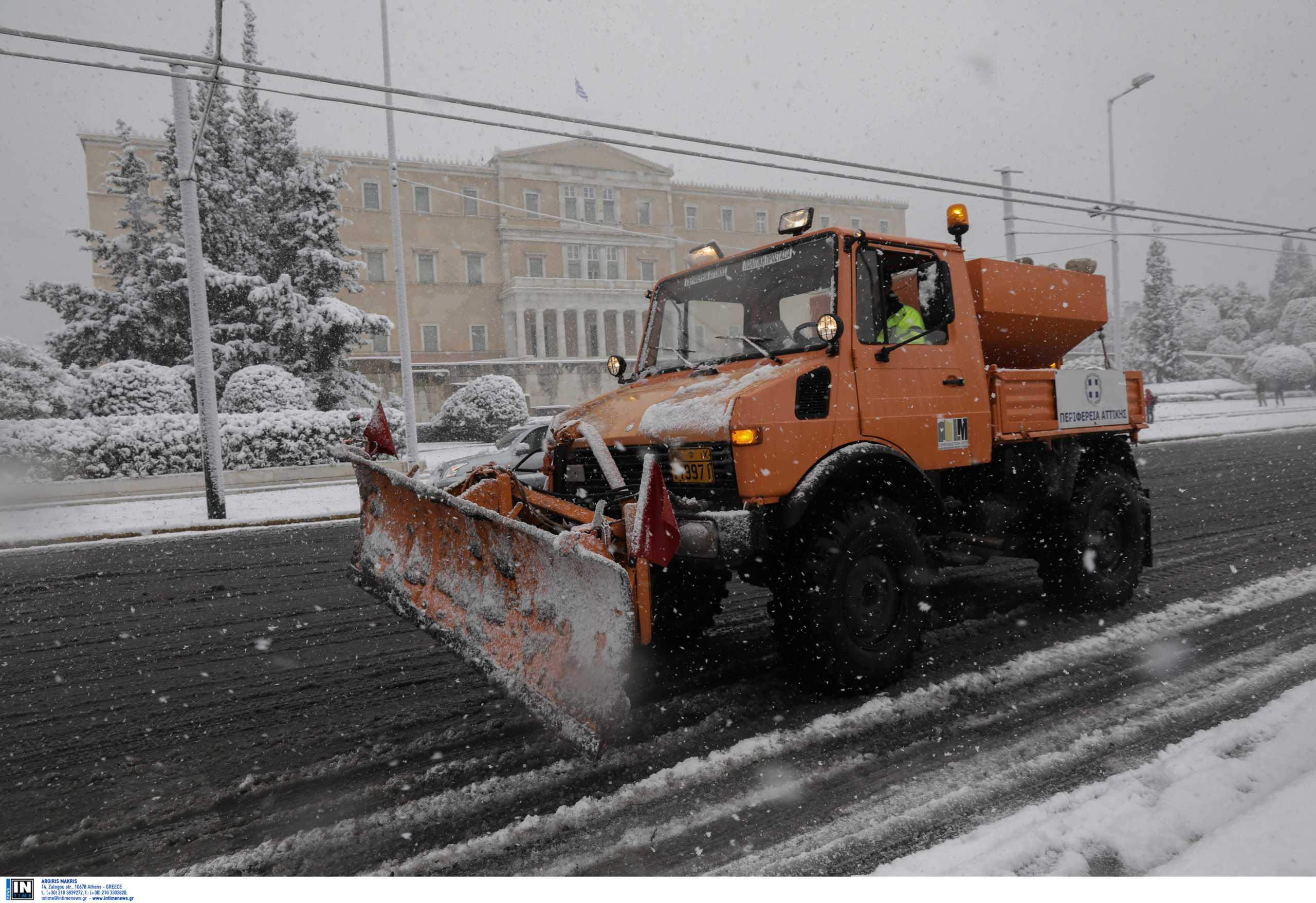 Αθήνα: Εκχιονιστικά σε Κολωνάκι, Σύνταγμα, Αλεξάνδρας – Χιόνι ως τη θάλασσα στον Άλιμο