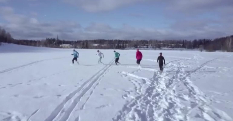 Φινλανδία: Νέος τρόπος άθλησης ελέω lockdown – Τρέχοντας στο χιόνι με κάλτσες