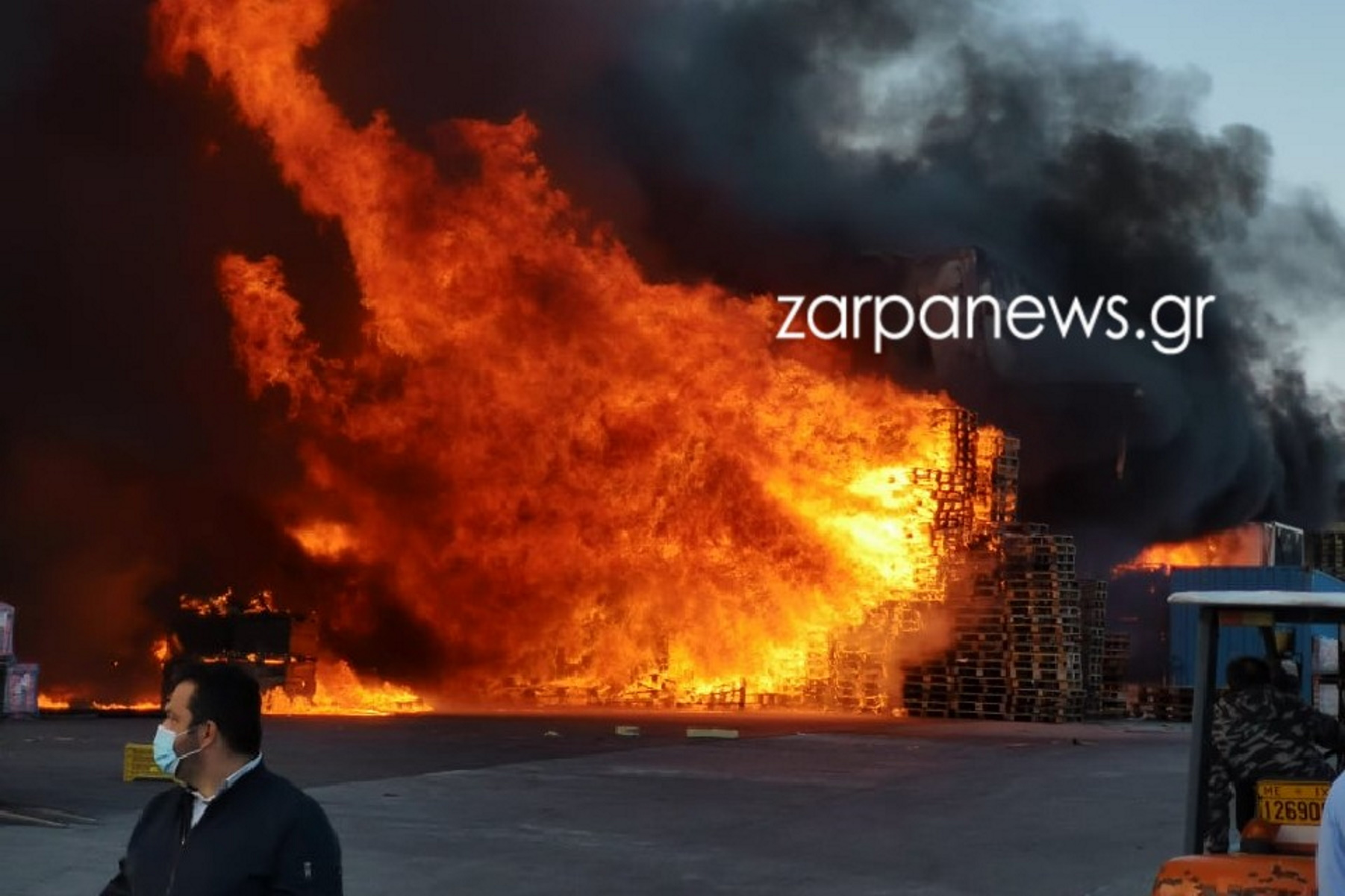 Χανιά: Mεγάλη φωτιά σε μεταφορική εταιρία – Ακούγονταν εκρήξεις (pics)