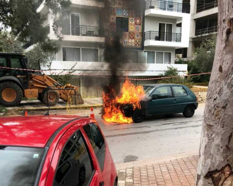 Γλυφάδα: Αστυνομικός έσβησε φωτιά σε ΙΧ στην μέση του δρόμου