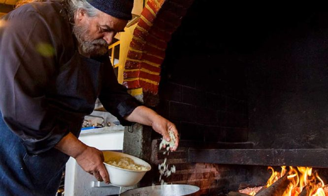 Οι δύο «μυστικές» συνταγές του Μοναχού Επιφάνιου για να… απογειώσετε τα ρεβύθια