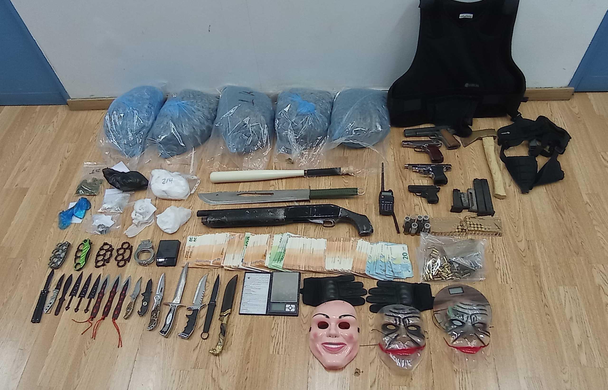 Γέμιζαν με ναρκωτικά τον Πειραιά – Τι έκρυβαν στο οπλοστάσιο τους (pics, video)