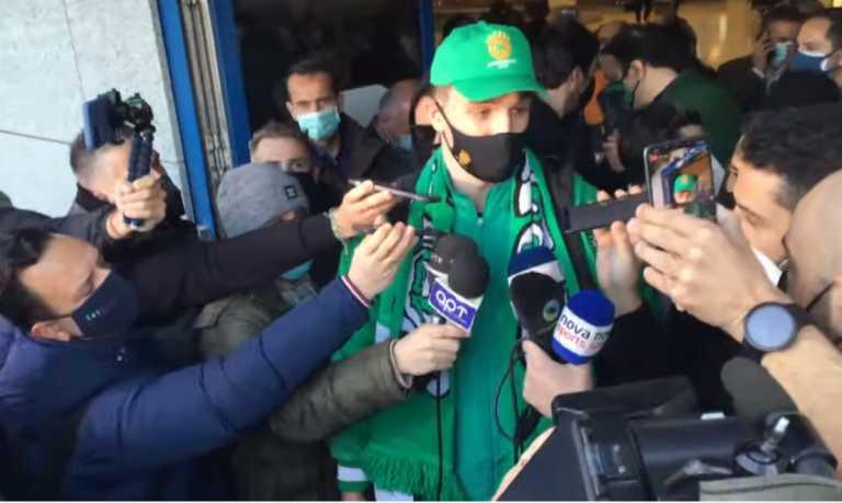 Ο Χεζόνια έφτασε στην Αθήνα, χαμός στο αεροδρόμιο, του έφεραν τούρτα οι οπαδοί