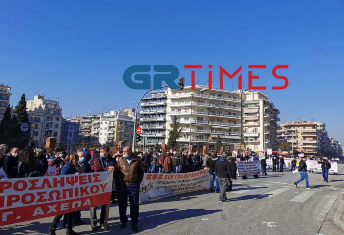 Θεσσαλονίκη: Συγκέντρωση υγειονομικών έξω από το υπουργείο Μακεδονίας – Θράκης (pics, vid)