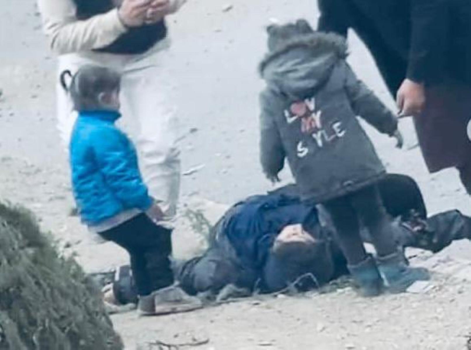 «Μαμά σήκω»: Σπαρακτικό video παιδιών μετά από έκρηξη στην Καμπούλ