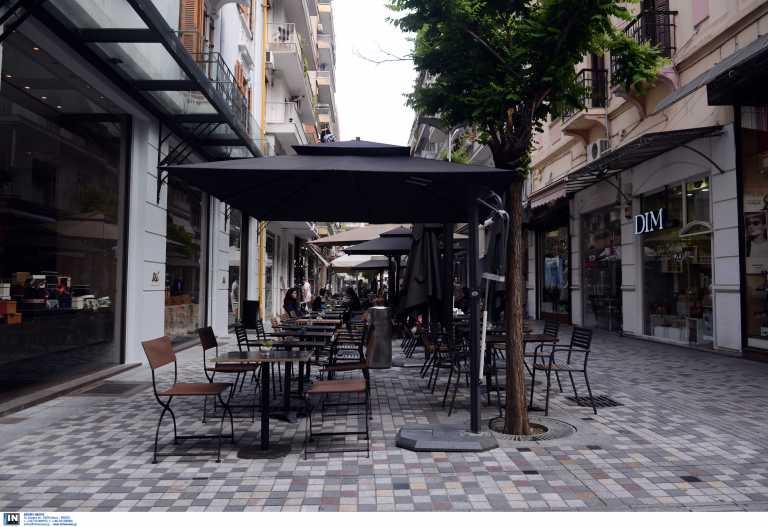 Πρέβεζα: Άνοιξε την καφετέρια και σέρβιρε καφέ σε πελάτες – «Βροχή» τα πρόστιμα