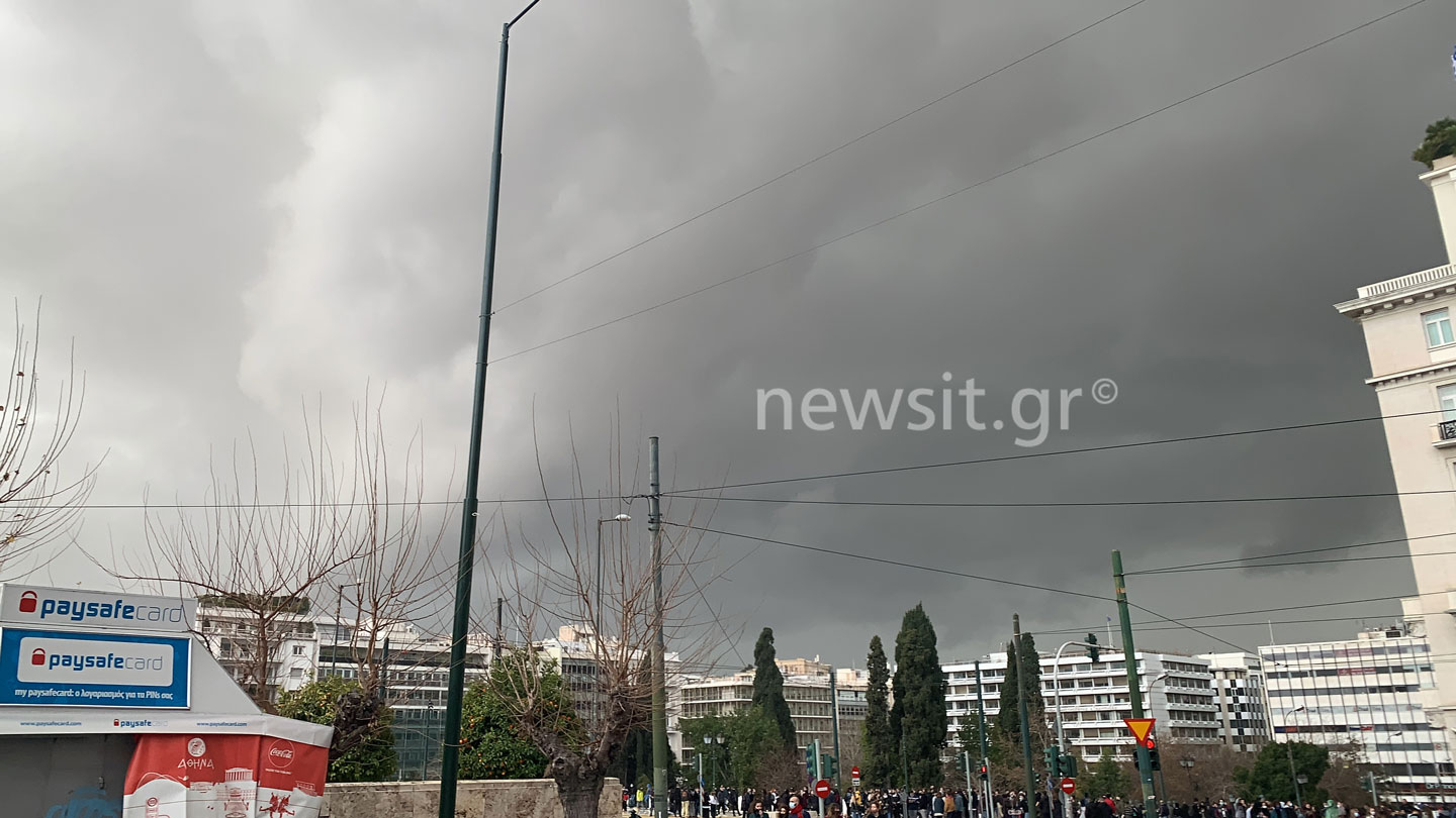 Καιρός: Έγινε η μέρα, νύχτα στην Αθήνα! Μαύρος ουρανός και μπουμπουνητά παντού