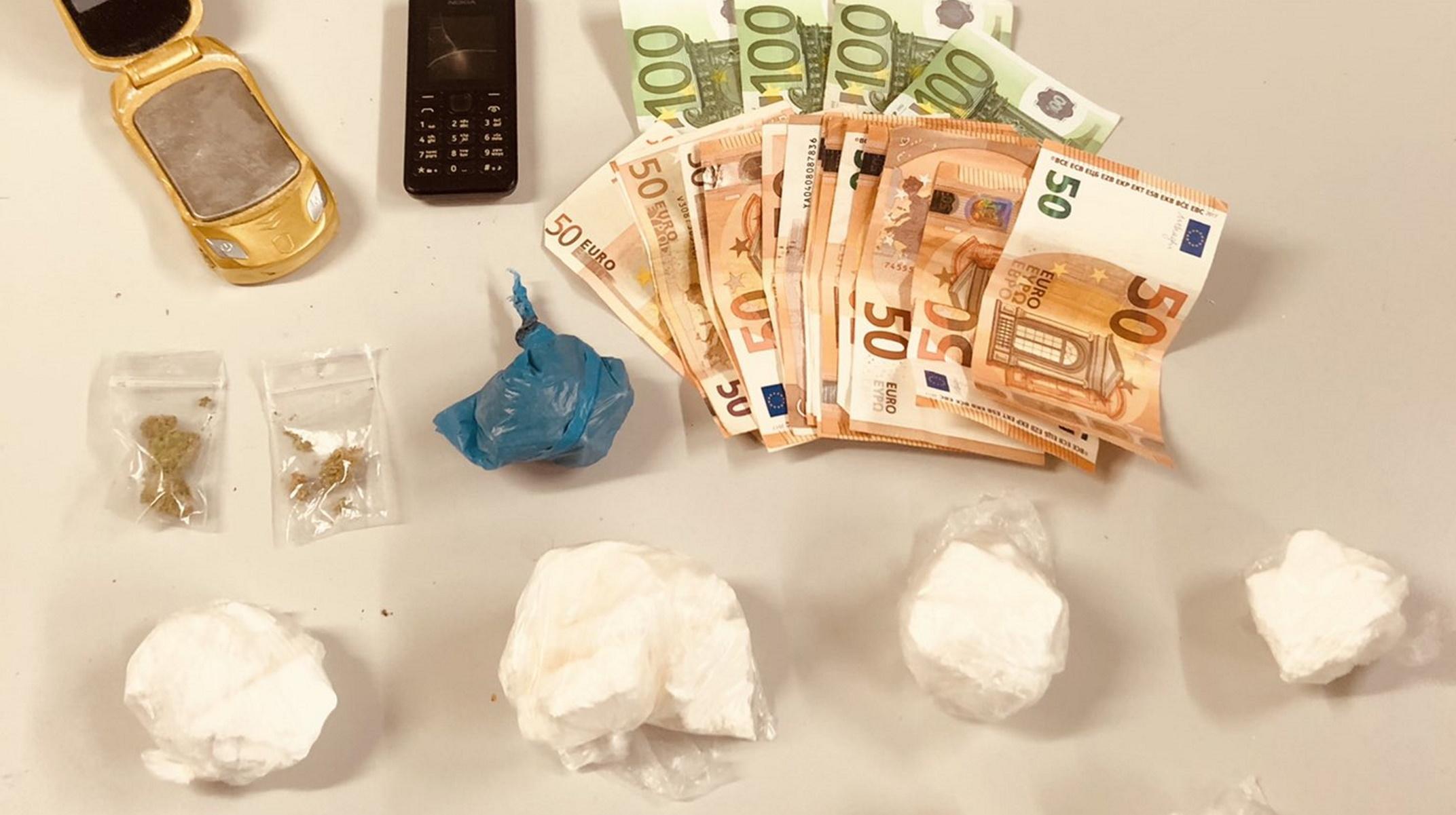 Χειροπέδες για διακίνηση κοκαΐνης στην Κυψέλη – «Καβάτζες» σε ψυγείο, ηλεκτρική σκούπα, τηλεόραση