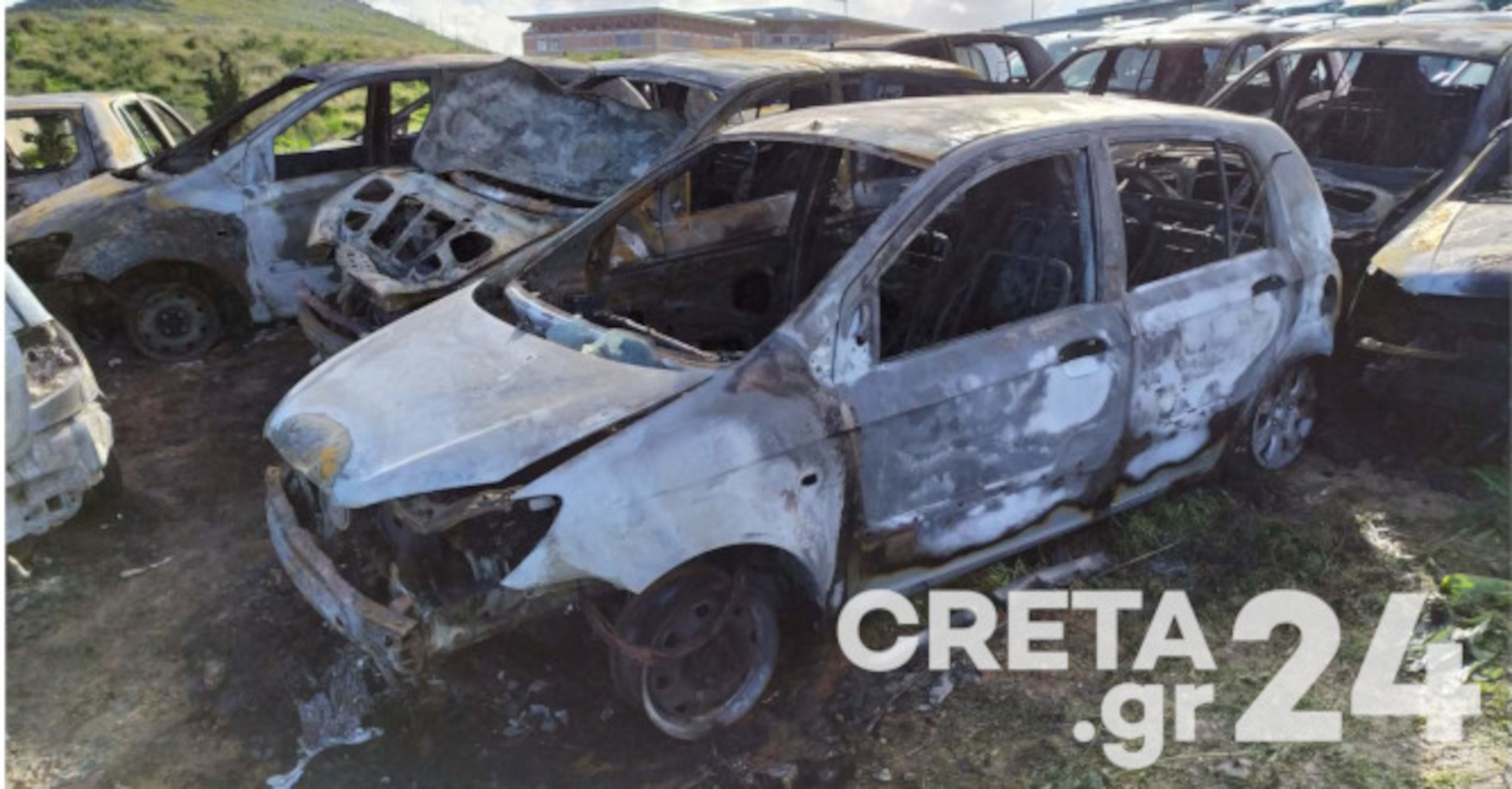 Ηράκλειο: Μυστήριο με φωτιά σε 16 αυτοκίνητα (pics)