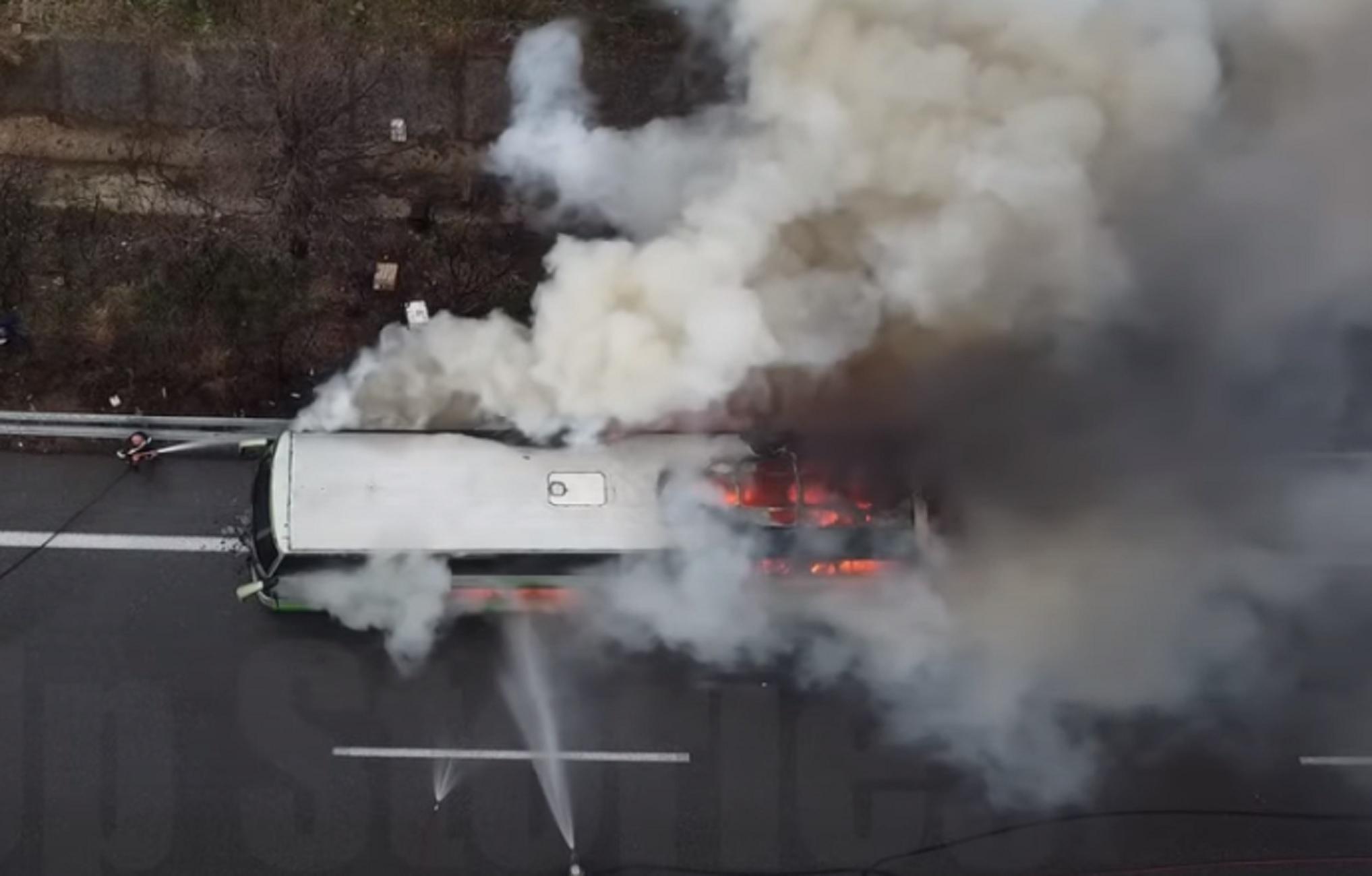 Εθνική Οδός: Συγκλονιστικές εικόνες από φωτιά σε λεωφορείο των ΚΤΕΛ - Τρόμος για 48 επιβάτες (video)