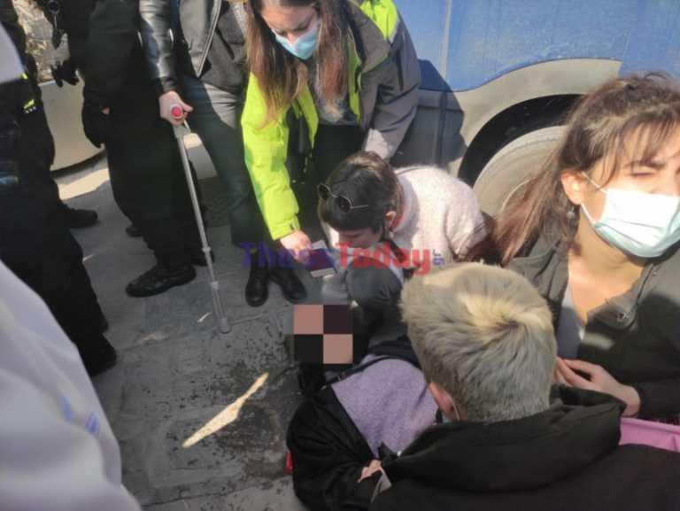 Επεισόδια και χημικά έξω από το ΑΠΘ – Λιποθύμησε διαδηλώτρια (pics, video)