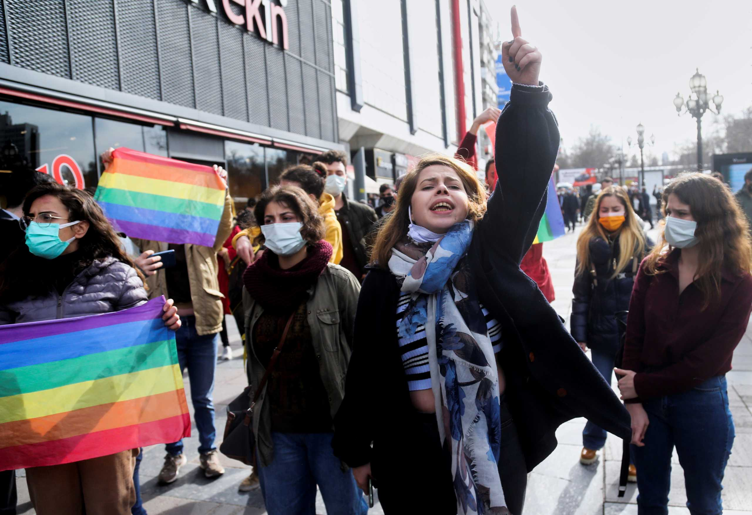 Σοϊλού: Διεστραμμένη η ΛΟΑΤ κοινότητα – Βράζει η Τουρκία με τις διαδηλώσεις (pics)