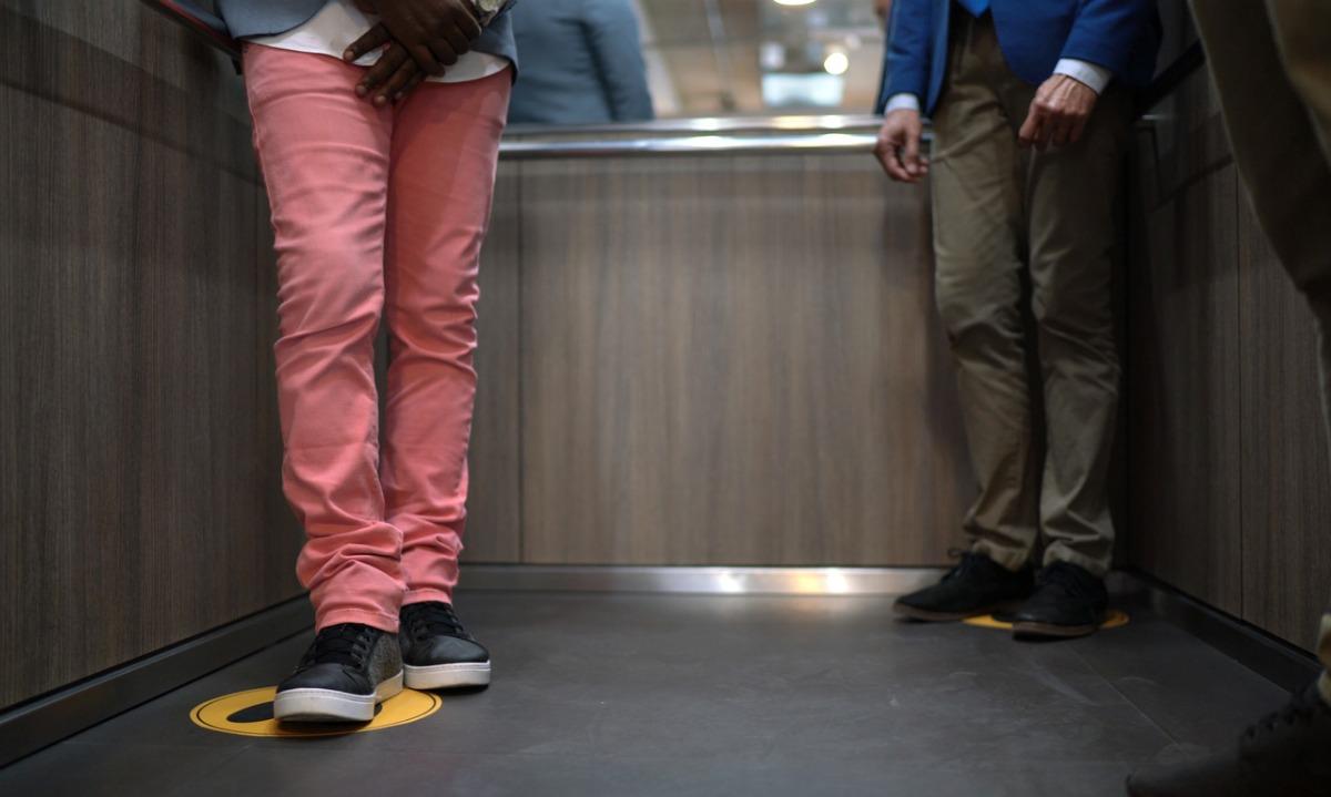 Κορονοϊός: Δείτε πώς θα στεκόμαστε στα ασανσέρ μόλις τελειώσει το αυστηρό lockdown!