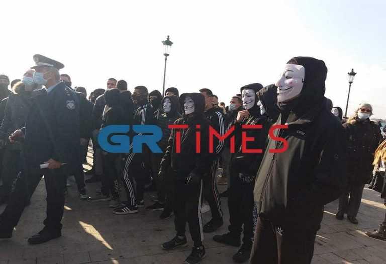 Θεσσαλονίκη – Κορονοϊός: Πορεία αρνητών με μάσκες anonymous – Συνθήματα κατά Μητσοτάκη και Χαρδαλιά (video)