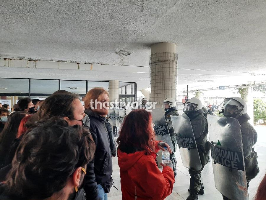 Θεσσαλονίκη: Επέμβαση των ΜΑΤ στο ΑΠΘ – Προσαγωγές και ένταση (video)