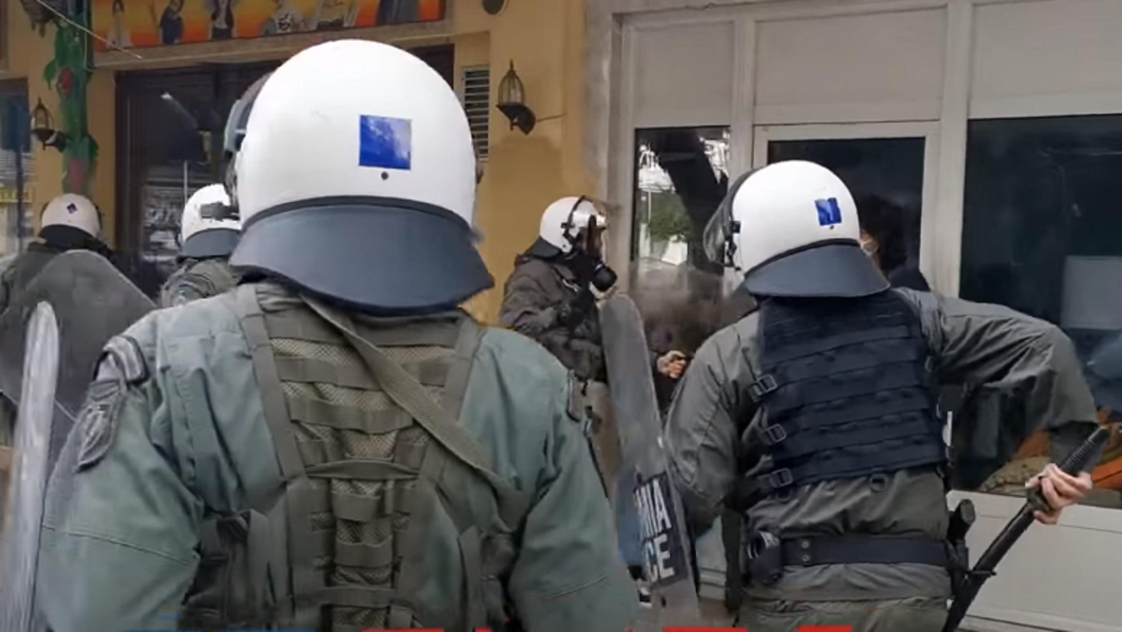 Θεσσαλονίκη: Αυτό είναι το βίντεο με τα χτυπήματα αστυνομικών των ΜΑΤ που προκάλεσε εισαγγελική παρέμβαση