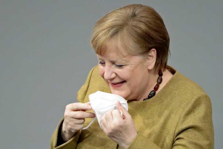 Άνγκελα Μέρκελ: H επική αντίδραση όταν κατάλαβε πως ξέχασε τη μάσκα της (pics, vid)