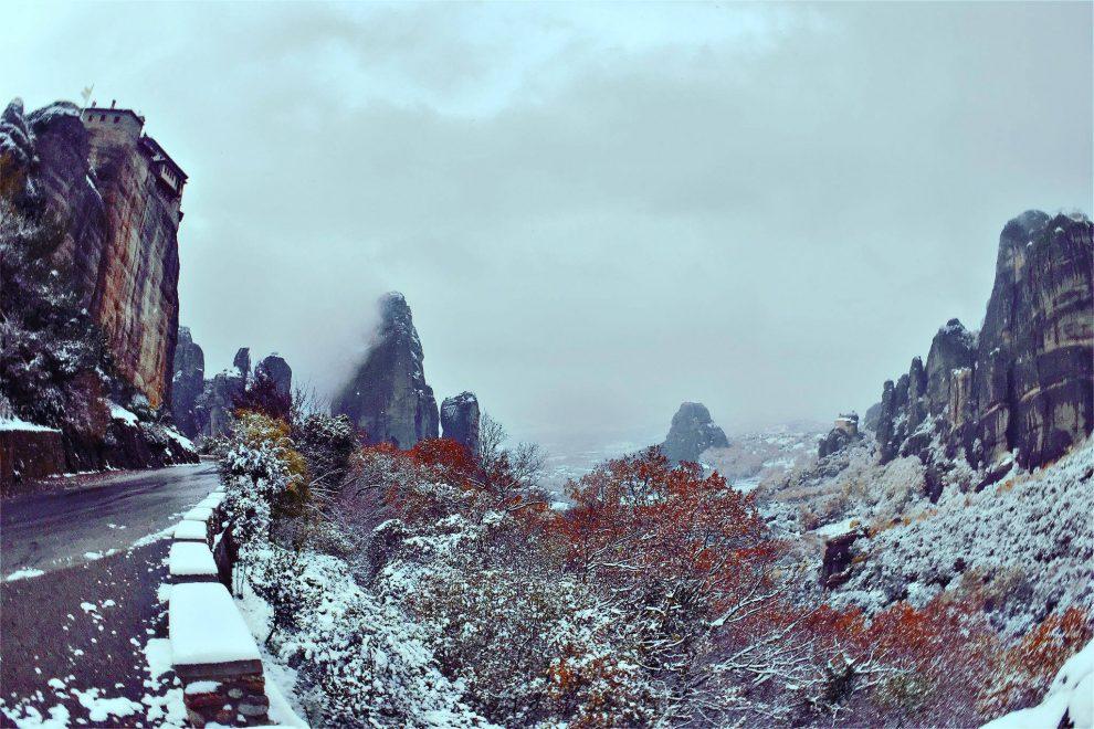 Καιρός – Κακοκαιρία Μήδεια: Τα χιονισμένα Μετέωρα βγαλμένα από πίνακα ζωγραφικής (video)