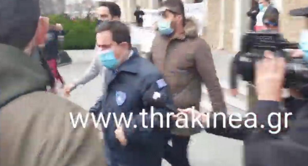 Έριξαν αβγά και καφέδες στον Υπουργό Μετανάστευσης στην Ορεστιάδα (video)