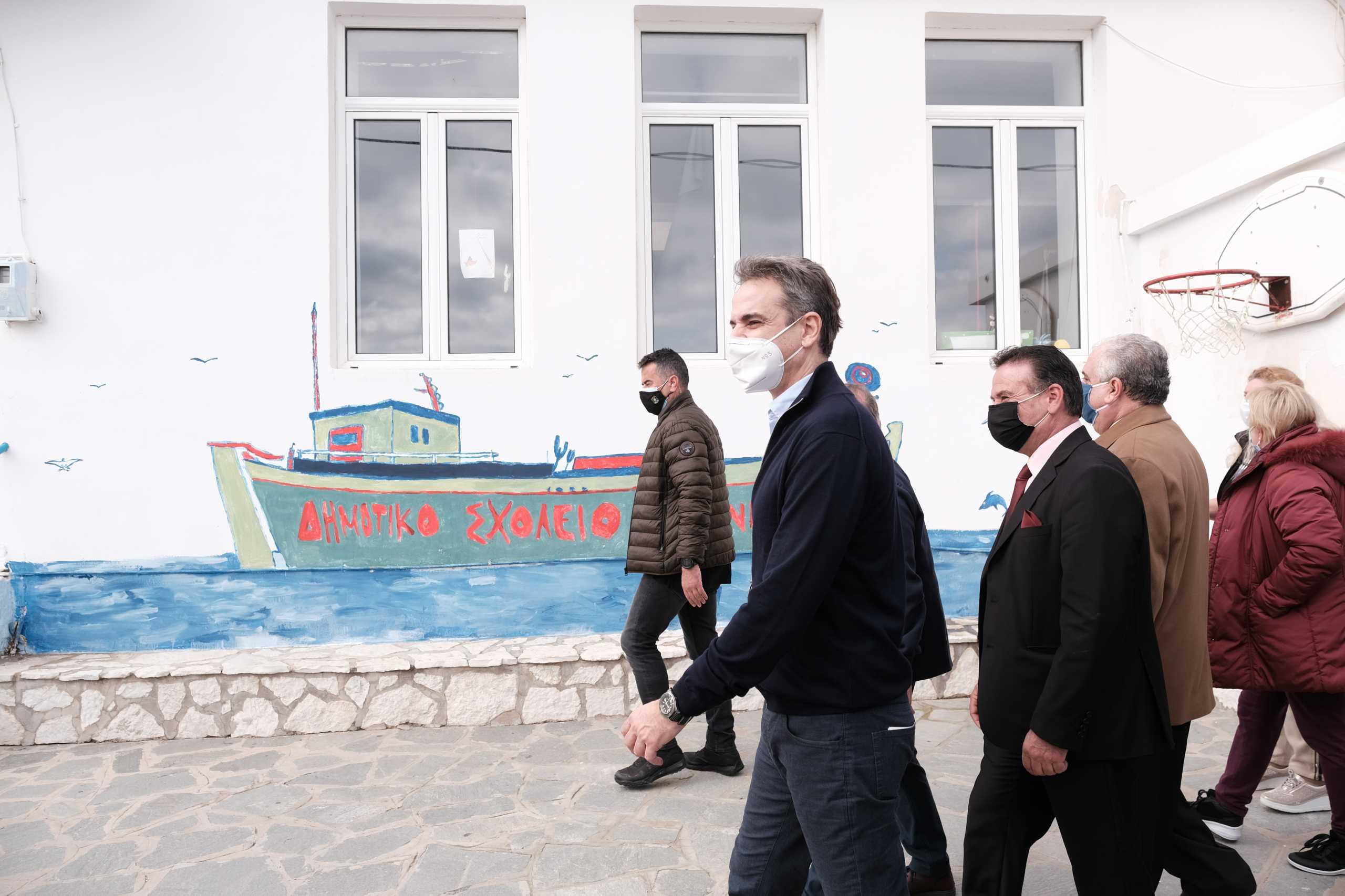 Οργή ΣΥΡΙΖΑ για τον συνωστισμό στην Ικαρία – «Ο νόμος δεν ισχύει για τον κ. Μητσοτάκη»