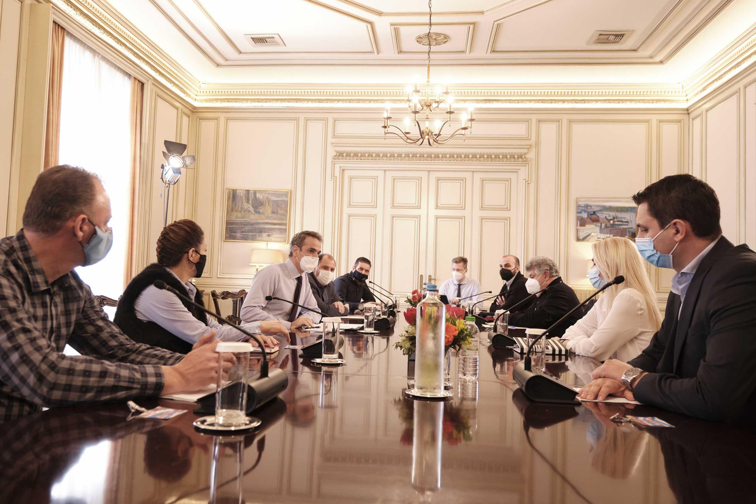 Επιπλέον μέτρα για την εστίαση ανακοίνωσε σε επαγγελματίες του κλάδου ο πρωθυπουργός