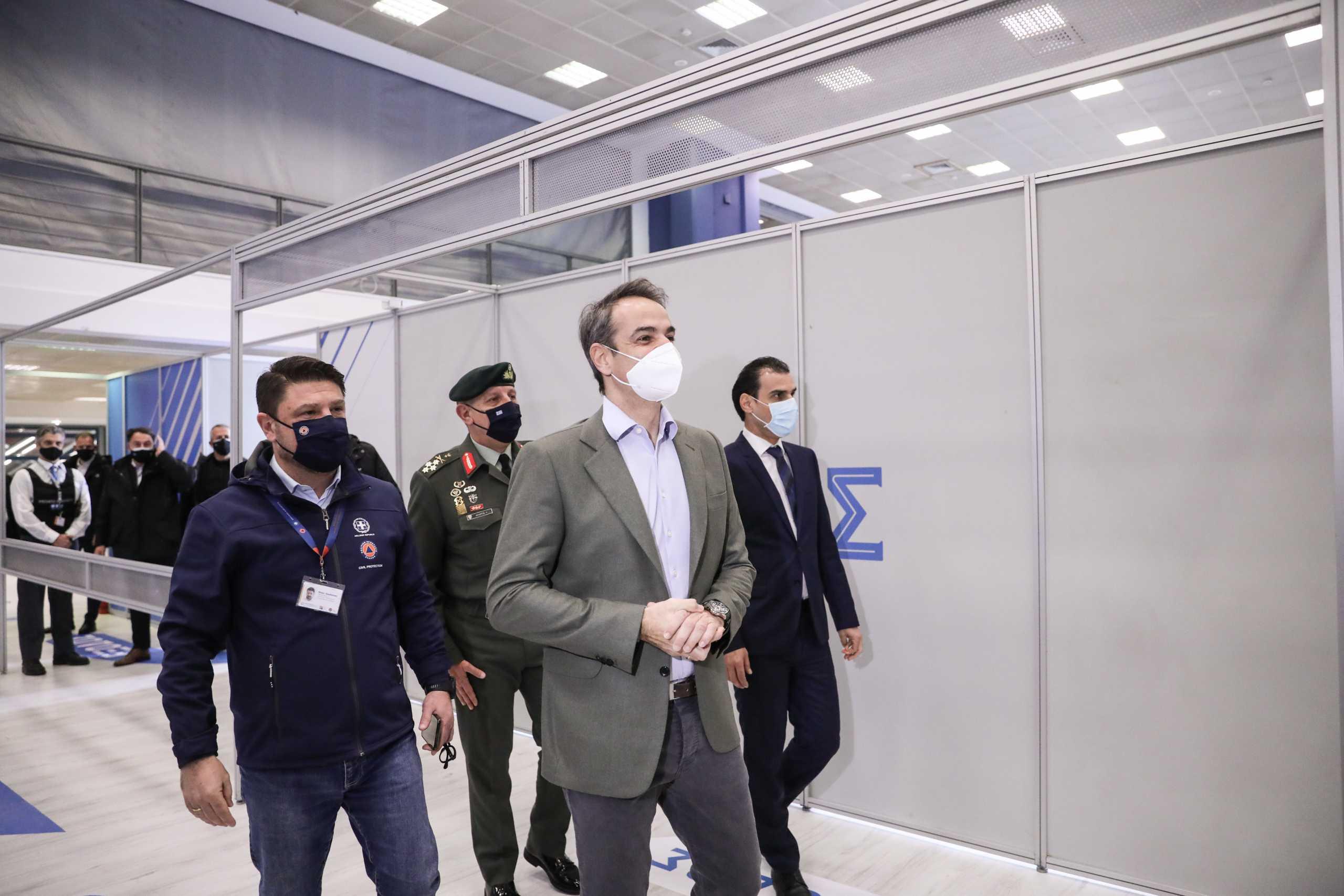 Ο Μητσοτάκης «συνάντησε» τον… «Προμηθέα»: Επίσκεψη στο Mega εμβολιαστικό κέντρο