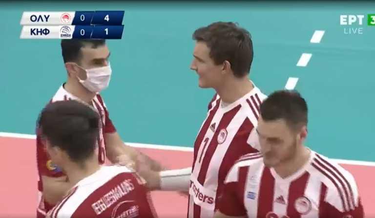 Παίκτης του Ολυμπιακού αγωνίστηκε με μάσκα κορονοϊού (video)