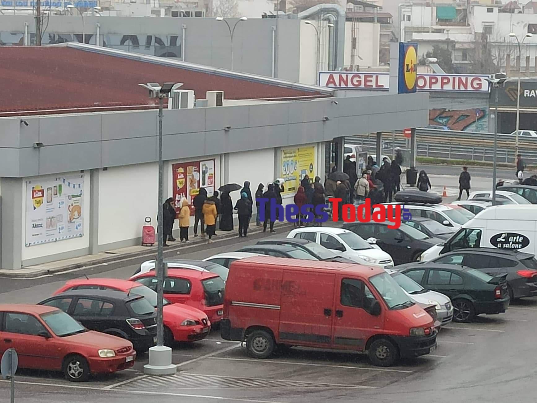 Θεσσαλονίκη: Ατελείωτες ουρές έξω από σούπερ μάρκετ – Η δύσκολη αναμονή στον χιονιά (pics)