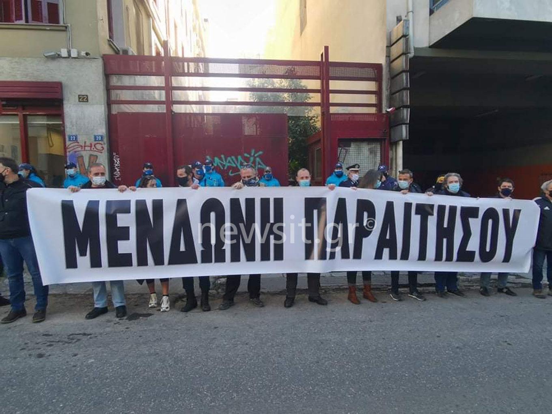 «Μενδώνη παραιτήσου»: Πανό έξω από το ΥΠΠΟ