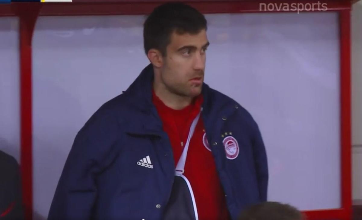 Ο Παπασταθόπουλος με δεμένο ώμο στον πάγκο του Ολυμπιακού (video)
