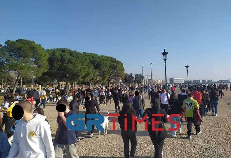 Θεσσαλονίκη – Κορονοϊός: Λαοθάλασσα στην παραλία – Βόλτες πριν την επιστροφή στο σπίτι (video)