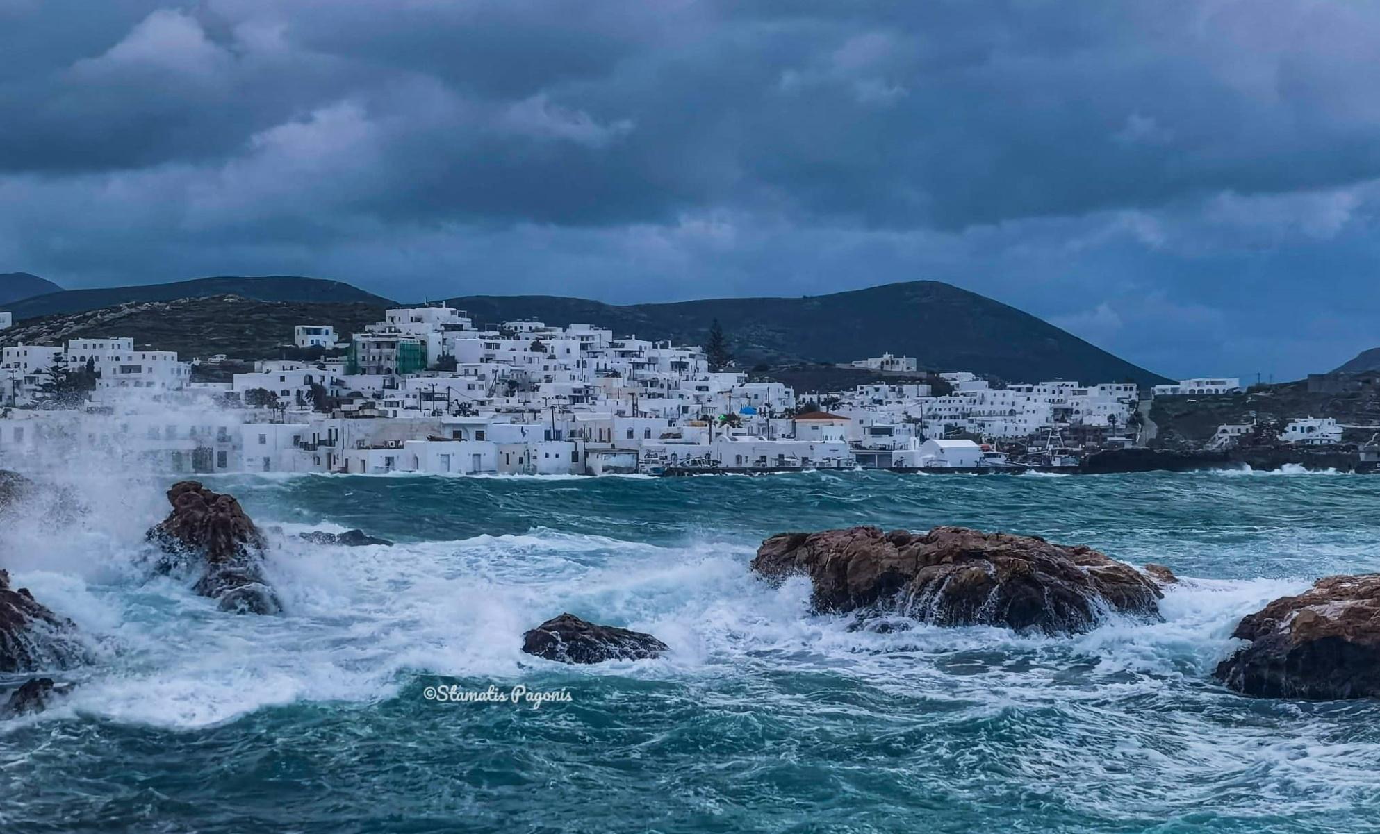 Καιρός – Πάρος: Άγρια κύματα «καταπίνουν» Παροικιά και Νάουσα (video)