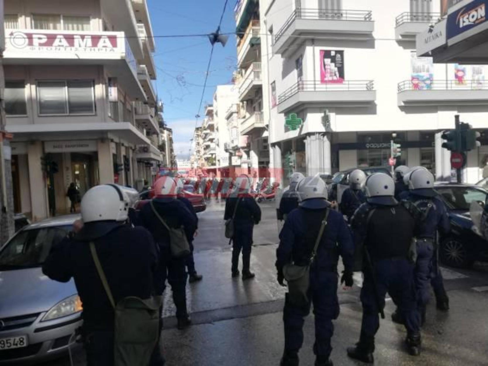 Πάτρα: Αντιεξουσιαστές έσπασαν γραφεία της ΝΔ – 9 προσαγωγές (pics, video)
