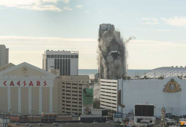 HΠΑ: 3.000 ράβδοι δυναμίτη κατεδάφισαν με ελεγχόμενη έκρηξη ένα πρώην καζίνο του Τραμπ