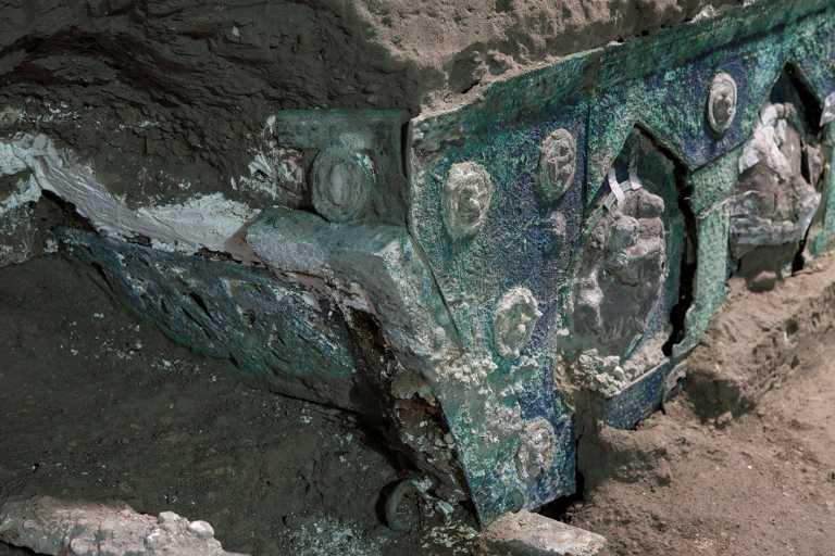 Πομπηία: Στο «φως» σχεδόν άθικτο ρωμαϊκό άρμα – Απίστευτες εικόνες