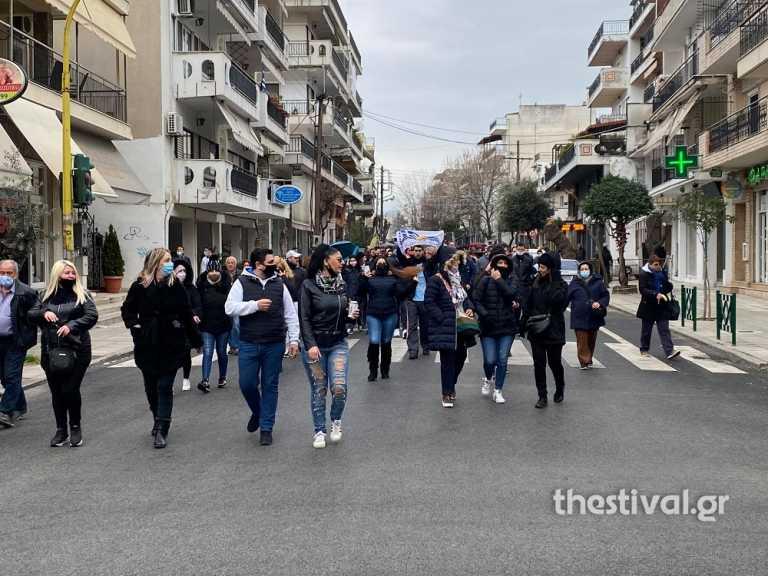 Θεσσαλονίκη – Κορονοϊός: «Σταματήστε το lockdown εδώ και τώρα» – Πορεία με πανό, σημαίες και συνθήματα
