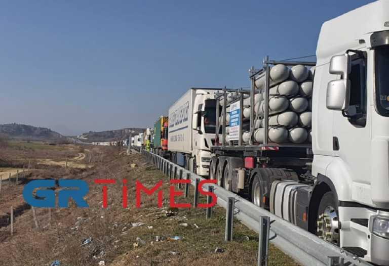 Προμαχώνας: Ουρές 7 χλμ από φορτηγά και μεγάλη ταλαιπωρία – «Έκανα 500 μέτρα σε 4 ώρες» (pics)